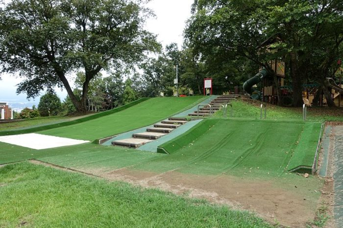 白尾山公園の遊具「人工芝すべり台」