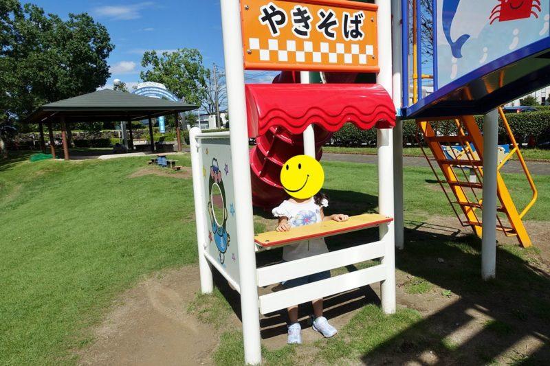 外神東公園の複合遊具で遊んでいる子供