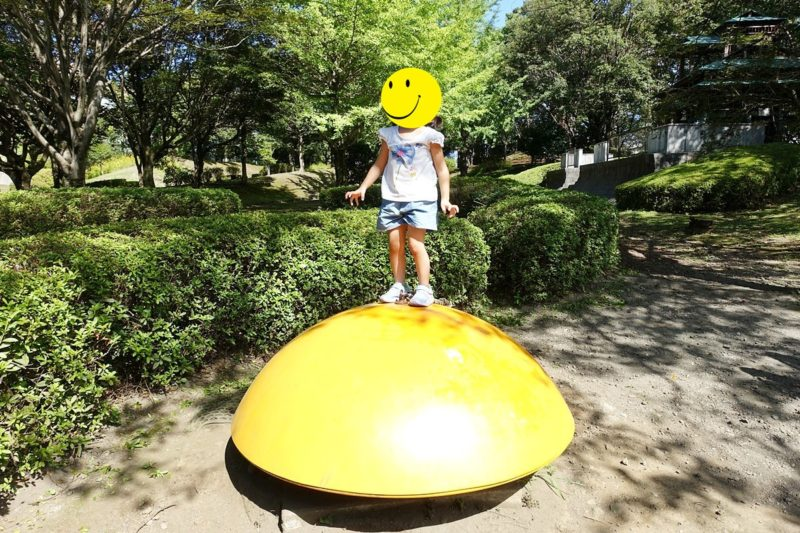 外神東公園のバランスボールで遊んでいる子供