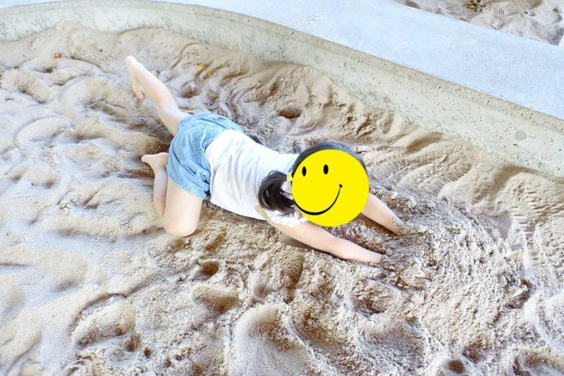 外神東公園の砂場で遊んでいる子供