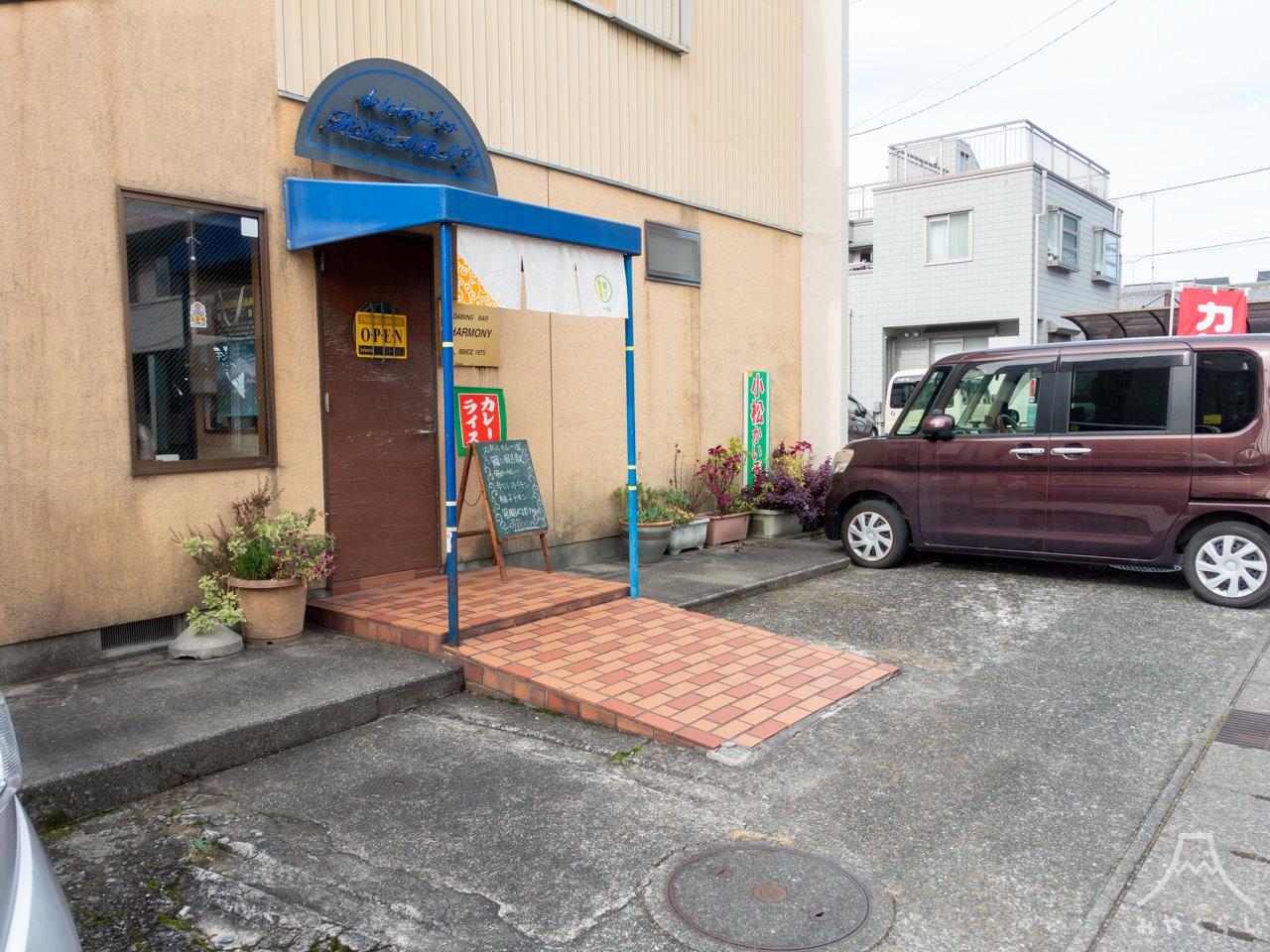 籠と風呂敷の駐車場
