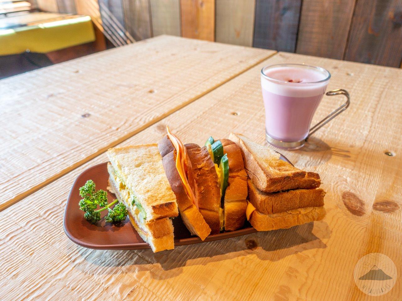 高山珈琲店のタカヤマミックスサンドとルビーチョコレートドリンク