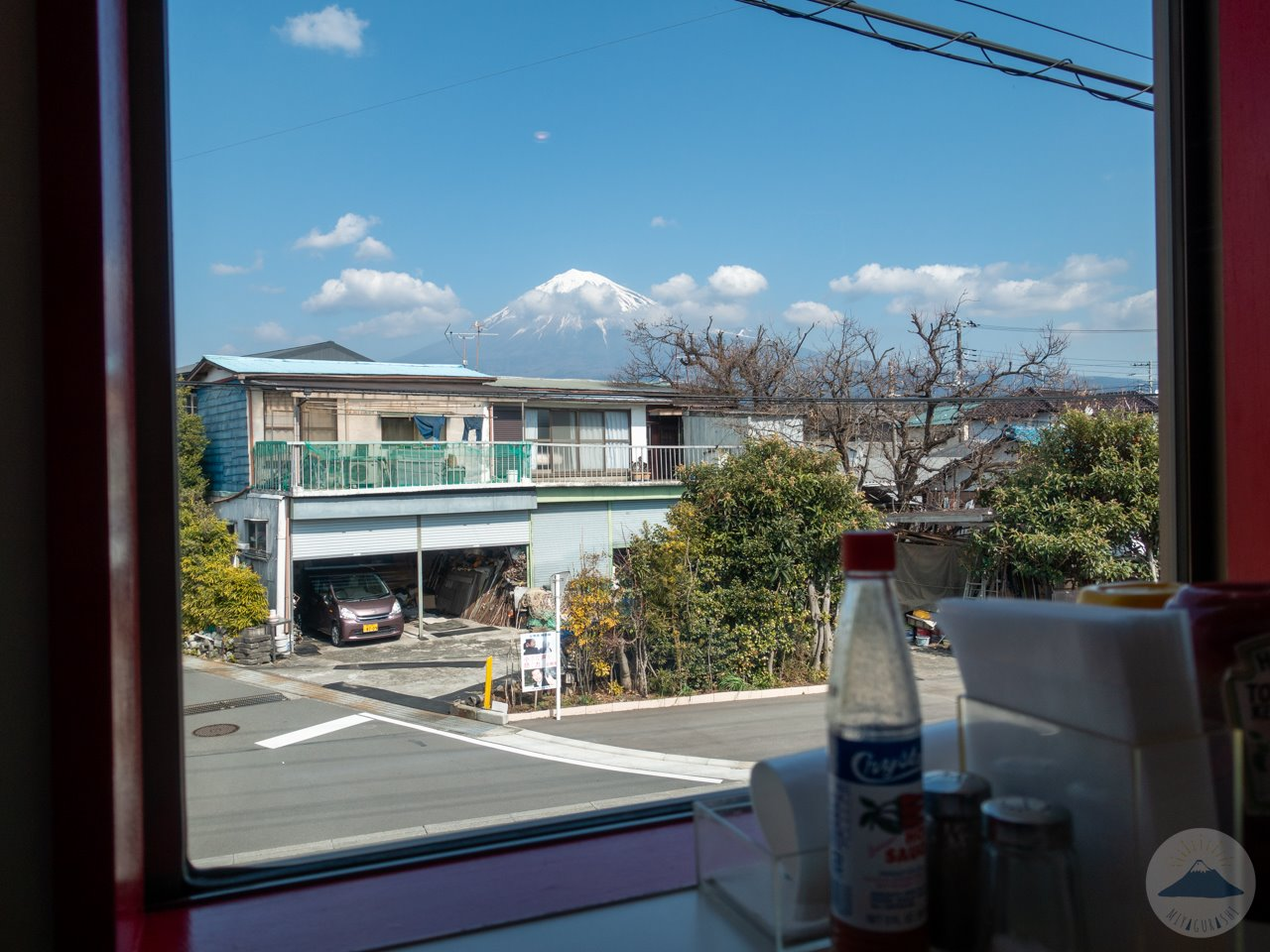 モンテゴカフェの店内から見る富士山