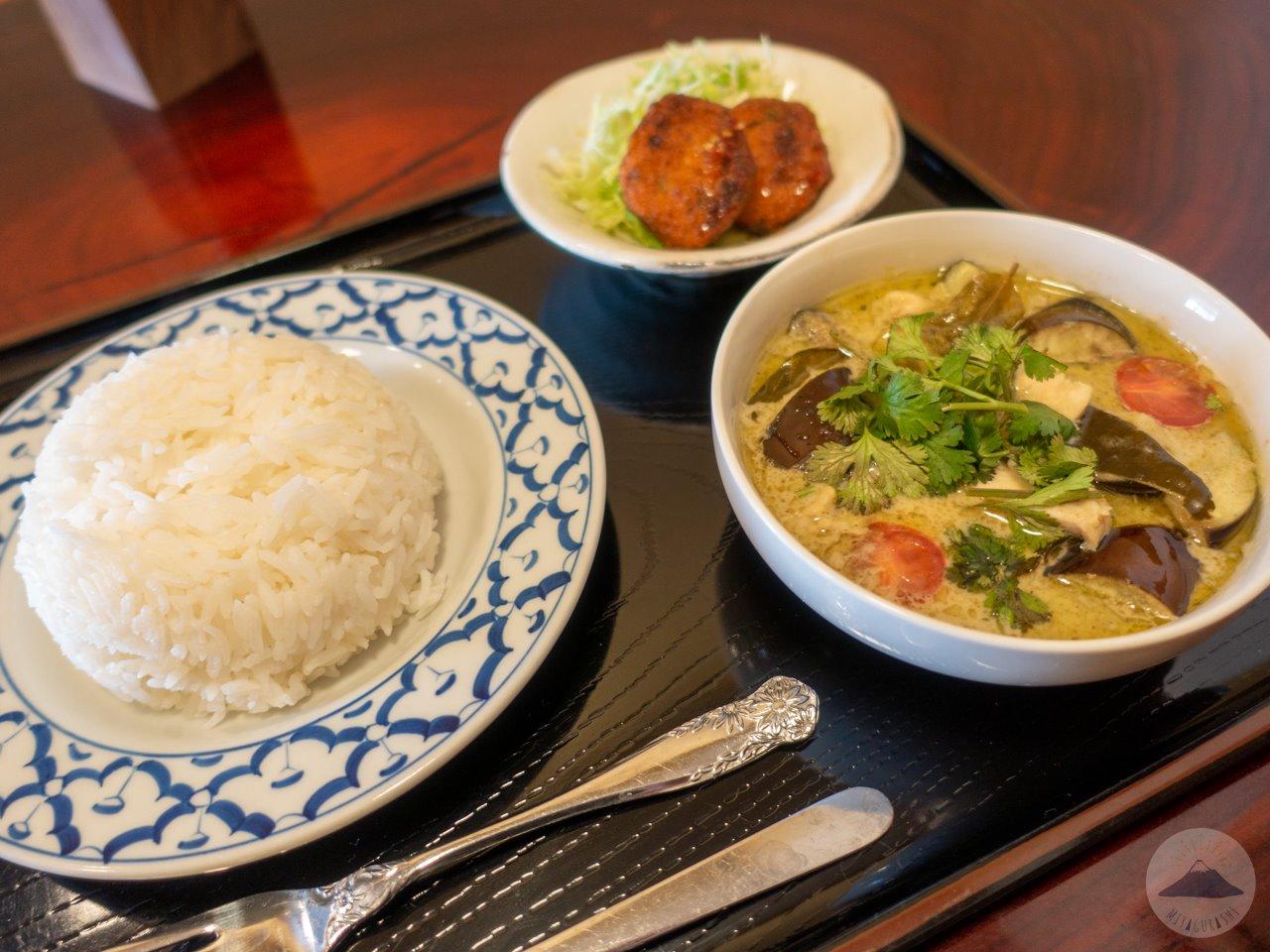 タイ屋台料理ユキズキッチンのグリーンカレーとジャスミンライス