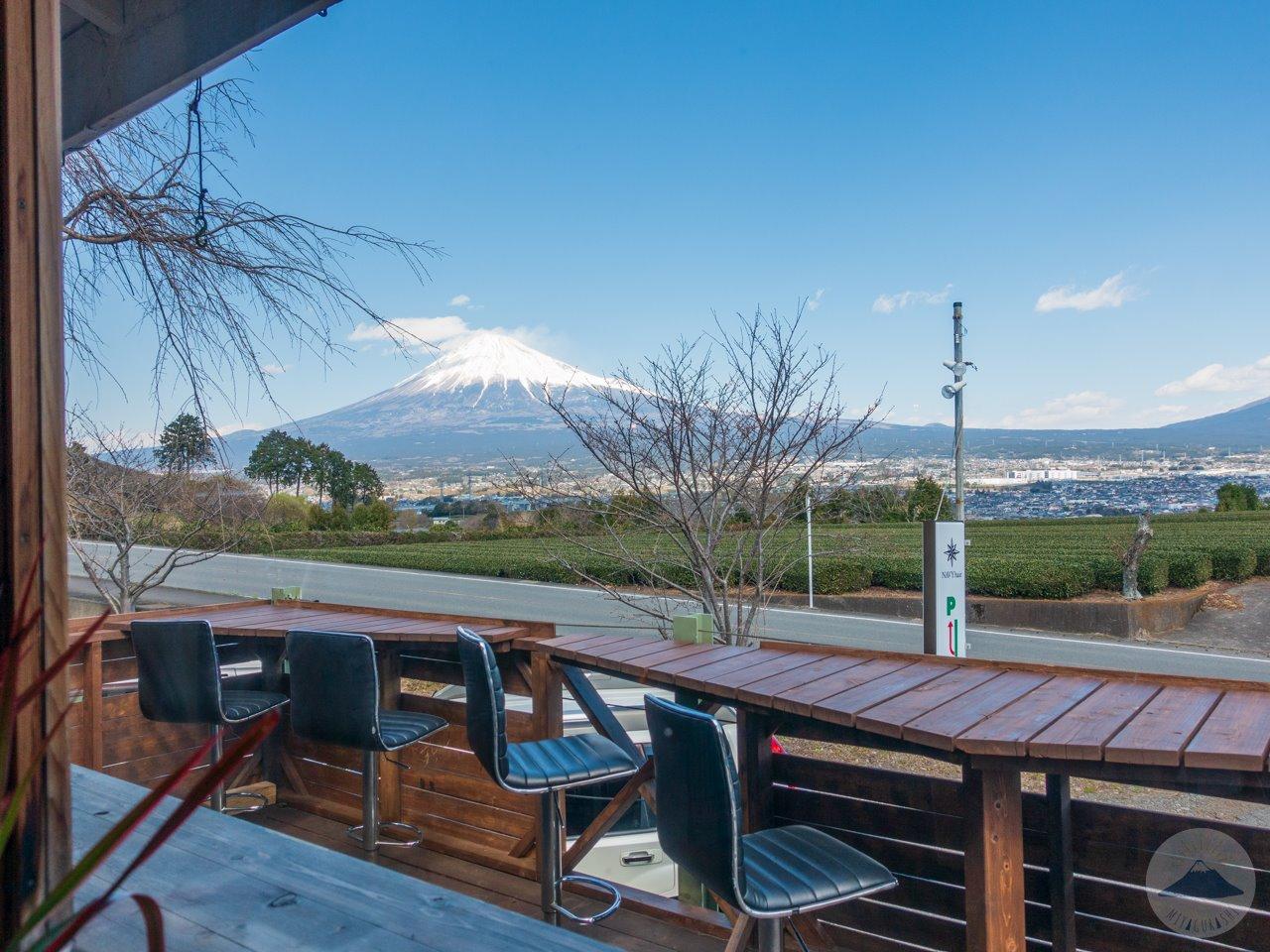ルーモスカフェの店内から見る富士山